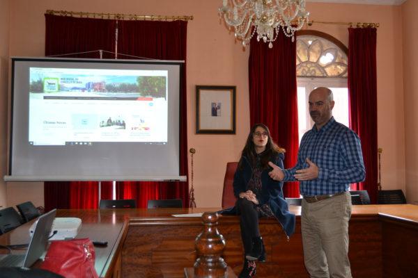 A concelleira de turismo, Silvia Carballo, e o alcalde de Bueu, Félix Juncal, durante a presentación da nova páxina web